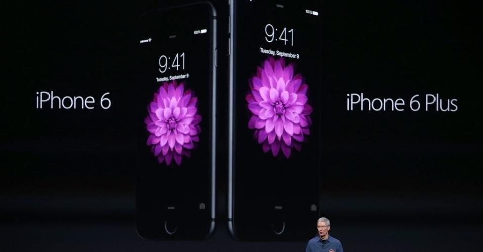 Apple apresenta os novos produtos iPhone 6 e iPhone 6 Plus, com telas de 4,7 e 5,5 polegadas, respectivamente. Ambos os dispositivos usam a Retina HD, tela de alta resolução