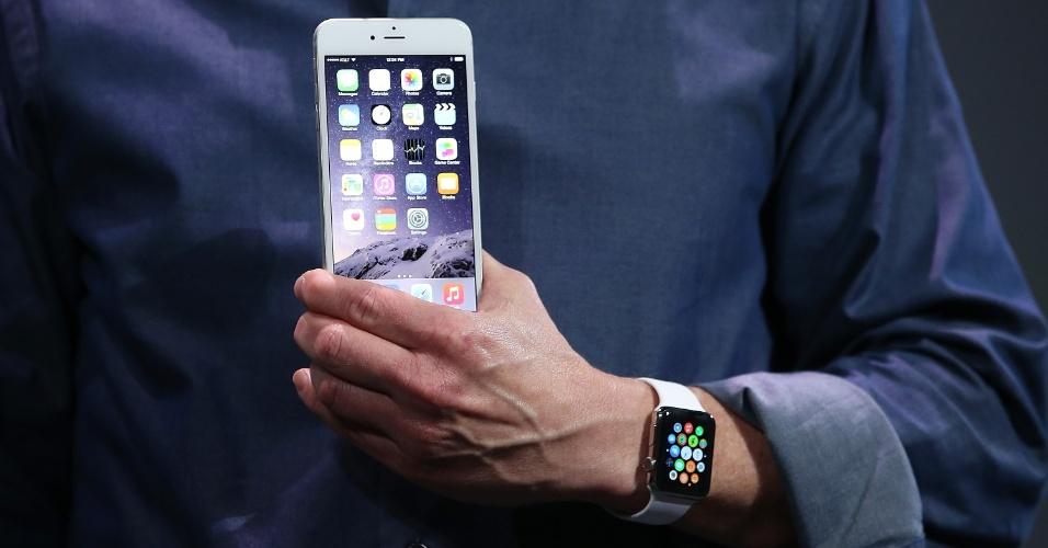 Tim Cook, diretor-executivo da Apple, segura um iPhone 6 durante apresentação do smartphone