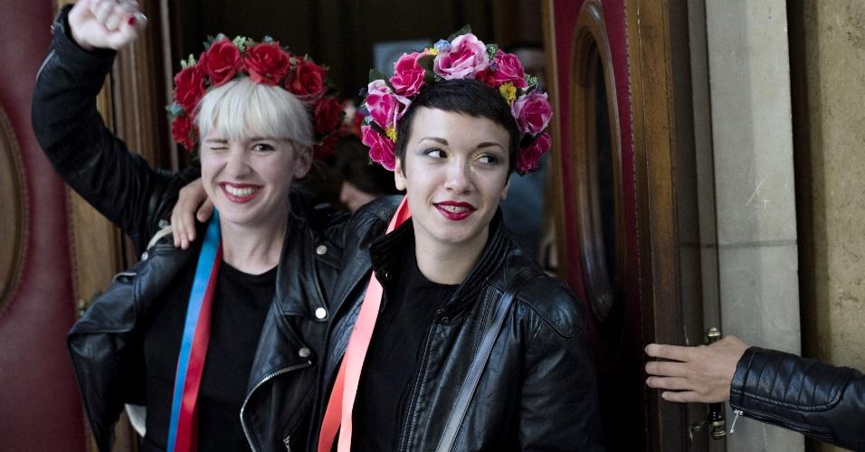 10.set.2014 - Ativistas do Femen deixam tribunal em Paris nesta quarta-feira (10) após nove das manifestantes que foram julgadas por degradar um sino da catedral de Notre Dame terem todas as acusações retiradas