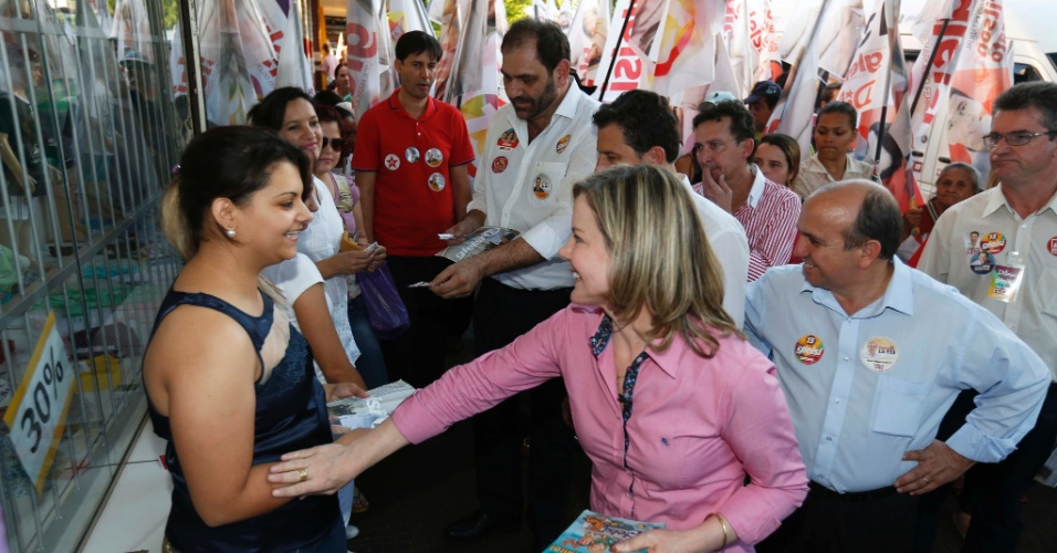 10.set.2014 - A candidatado ao governo do Paraná pelo PT, Gleisi Hoffmann, conversa com populares durante caminhada pelo centro de Maringá