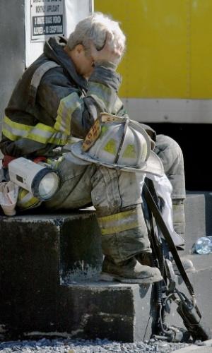 10.set.2014 - Bombeiro lamenta a tragédia dos ataques às torres gêmeas do World Trade Center, em Nova York, em 11 de setembro de 2001