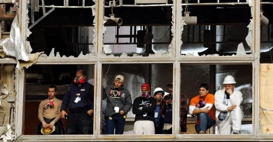 10.set.2014 - Homens observam homenagens as vítimas dos atentados ao World Trade Center, em Nova York(EUA)