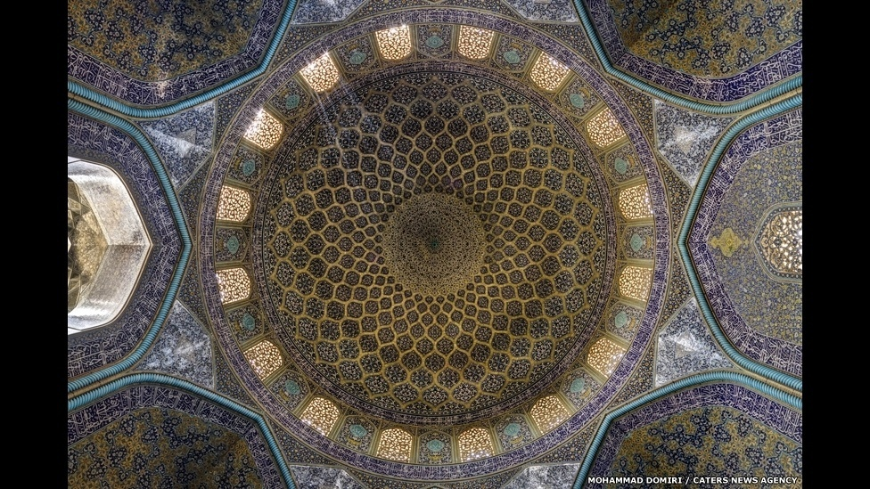 10.set.2014 - Mohammad Domiri passou horas pesquisando quais tipos de obras arquitetônicas famosas ele deveria fotografar. No trabalho feito nas mesquitas, ele usa uma variedade de técnicas de fotografia, como a da foto panorâmica ? ele também usa lentes modernas, como essa do tipo 'olho de peixe', tirada no interior da mesquita do Sheikh Lotfollah, em Isfahan