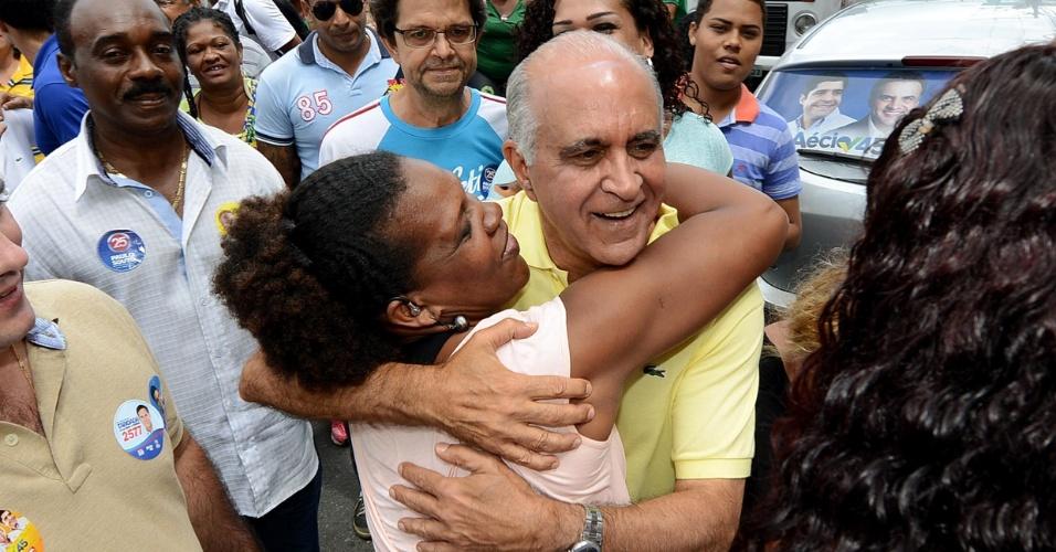 10.set.2014 - O candidato ao governo do Estado da Bahia pelo DEM, Paulo Souto, abraça mulher durante caminhada no bairro da Liberdade, em Salvador