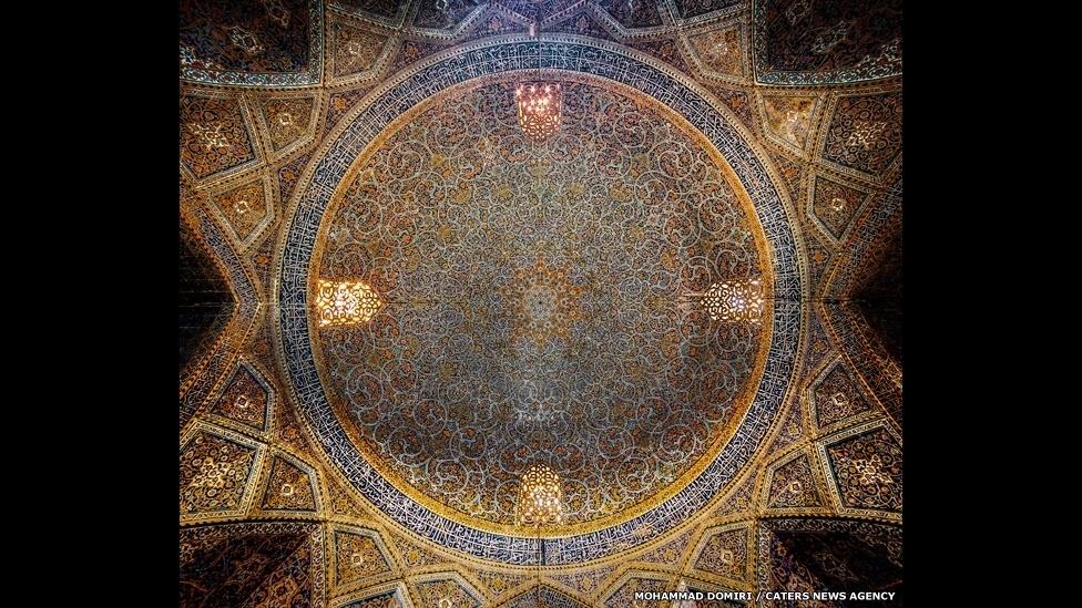 10.set.2014 - O estudante de física iraniano Mohammad Domiri, 23, fotografou o interior de mesquitas do Irã. Ele usa a técnica do HDR (high dynamic-range, na sigla em inglês), que consegue otimizar a intensidade de luzes da foto na imagem final. Acima, a Mesquita Seyyed em Isfahan