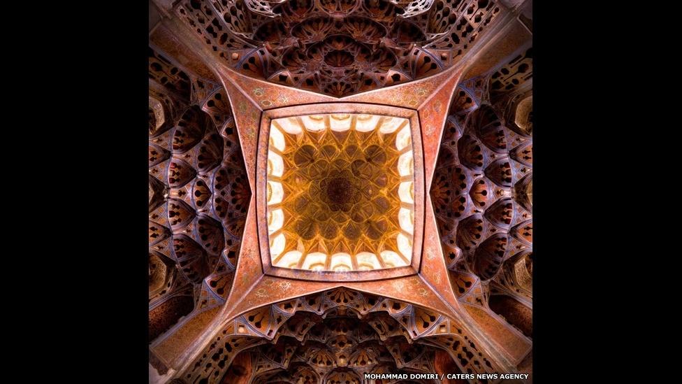10.set.2014 - O estudante de física iraniano Mohammad Domiri, 23, fotografou o interior de mesquitas do Irã. Por causa das restrições ao uso do tripé, costuma ser muito difícil conseguir autorização para fotografar dentro dessas grandes construções. Aqui é possível ver a imagem do teto do palco musical no Palácio Aliqapu em Isfahan
