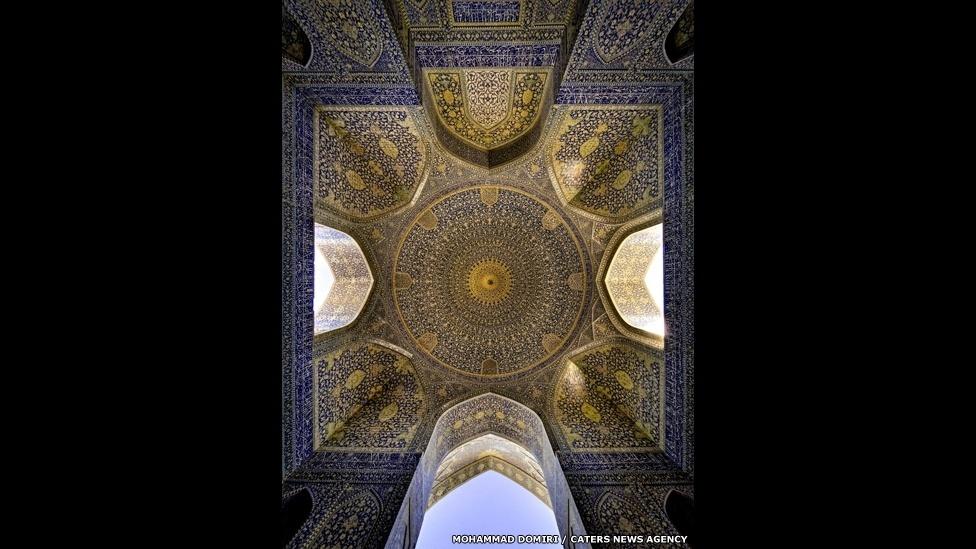 10.set.2014 - O estudante de física iraniano Mohammad Domiri, 23, que fotografou o interior de mesquitas do Irã. O resultado é um trabalho inspirado pela cor e simetria. Na imagem, a mesquita de Shah, em Isfahan