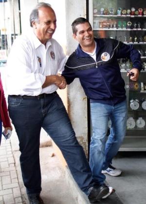 10.set.2014 - O governador do Rio de Janeiro e candidato à reeleição, Luiz Fernando Pezão (PMDB), publicou em seu perfil no Twitter e no Facebook uma foto em que compara o seu próprio pé com o pé de um eleitor