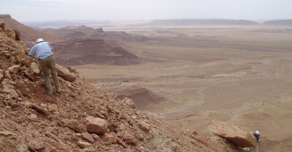 10.set.2014 - Os paleontólogos vasculham as rochas formadas durante o Cretáceo, na região de Kem Kem, no sudeste do Marrocos, onde o esqueleto parcial de Spinosaurus aegyptiacus foi encontrado. Pesquisadores descobriram que o dinossauro carnívoro, maior do que o Tyrannosaurus rex, era semiaquático, característica rara entre os dinossauros