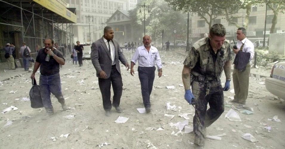 10.set.2014 - Um policial caminha por rua coberta por escombros perto das torres do World Trade Center, em Nova York (EUA), em 11 de setembro de 2001