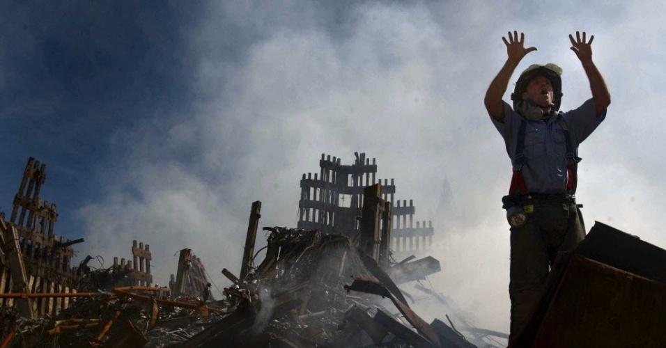 10.set.2014- Bombeiro pede reforços para serviços de resgate diante dos escombros das torres gêmeas, em Nova York (EUA)