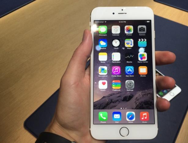 iPhone 6 Plus (5,5 polegadas). O lançamento da Apple vem com tela de resolução de 1.920 x 1.080 pixels ( ante a 1.136 x 640 pixels do antecessor, o iPhone 5s). Ele tem 7,1 mm de espessura, câmera de 8 megapixels, processador A8 (64 bits) e botão biométrico que destrava o telefone com leitura de digitais. Nos EUA, será vendido a partir de US$ 749 (desbloqueado)