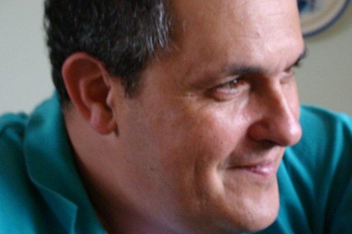 O médico e professor Vanderlei Corradini Lima, 53 anos, é portador da esclerose lateral amiotrófica (ELA), com sintomas diagnosticados em 2010, mas mesmo tendo de conviver com as extremas limitações físicas impostas pela enfermidade, demonstrou superação e vontade de continuar ativo. Ele disse ter reencontrado a felicidade de continuar na profissão ao ser convidado para ministrar aulas na Universidade Federal de Juiz de Fora (UFJF), localizada na cidade de Juiz de Fora (278 km de Belo Horizonte)