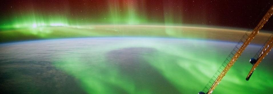 10.set.2014 - A ESA (Agência Espacial Europeia) divulgou nova foto tirada pelo astronauta Alexander Gerst da ISS (Estação Espacial Internacional) no dia 29 de agosto. Gerst afirmou que palavras não poderiam descrever a sensação de voar através de uma aurora boreal. Os tripulantes fotografam a Terra do espaço desde as primeiras missões 1961. Nesta terça-feira (9), o cosmonauta Max Suraev assume o controle da missão, enquanto Steve Swanson, comandante da expedição 40, e mais dois astronautas retornarão para Terra nesta quarta-feira. Suraev conduzirá a expedição 41 e ficará em órbita até novembro, com Gerst e o astronauta da Nasa Reid Wiseman