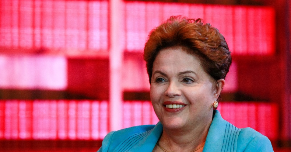 """11.set.2014 - A candidata à reeleição Dilma Rousseff (PT) concede entrevista à Rede TV e ao IG na noite desta quinta-feira (11). Mais cedo, a presidente disse que os dados sobre geração de emprego divulgados nesta quinta-feira mostram que o número de postos de trabalho está aumentando no Brasil, apesar do que chamou de """"uma crise de emprego no mundo"""""""