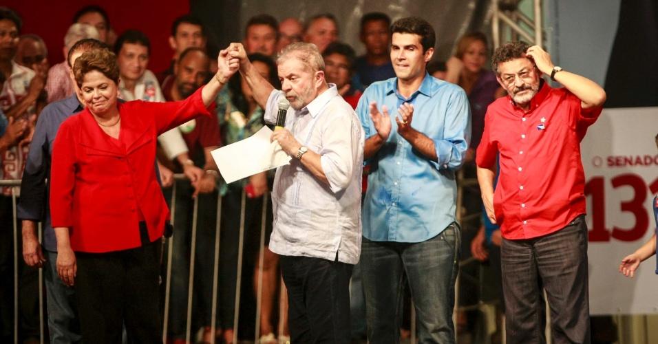 11.set.2014 - A presidente Dilma Rousseff, candidata à reeleição pelo PT, e o ex-presidente Lula participaram de comício promovido pelo PT e PMDB com lideranças dos partidos no Pará, no bairro da Pedreira, em Belém, nesta quarta-feira (10)