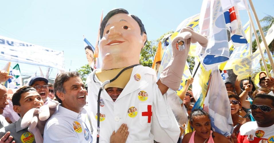 11.set.2014 - Candidato do PSDB à Presidência da República, Aécio Neves, faz caminhada em Montes Claros, em Minas Gerais, nesta quinta-feira (11). Rebaixado para a terceira colocação na disputa presidencial, o candidato Aécio Neves (PSDB) tem recebido menos doações no último mês de campanha