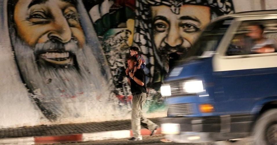11.set.2014 - Palestinos caminham por rua da Cidade de Gaza. Duas semanas após um cessar-fogo nos conflitos entre Hamas e Israel, o exército israelense abriu cinco investigações criminais sobre incidentes envolvendo seus próprios militares no conflito em Gaza. Os incidentes investigados incluem bombardeios de Israel a uma escola da ONU no norte da faixa de Gaza, em 24 de julho, em que morreram 15 pessoas. Outros dois bombardeios a escolas da ONU, em 30 de julho e 3 de agosto, não foram mencionados