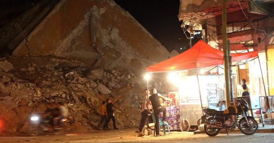 11.set.2014 - Palestinos se abrigam em tenda improvisada ao lado de escombros em rua do centro da Cidade de Gaza. Duas semanas após um cessar-fogo nos conflitos entre Hamas e Israel, o exército israelense abriu cinco investigações criminais sobre incidentes envolvendo seus próprios militares no conflito em Gaza. Os incidentes investigados incluem bombardeios de Israel a uma escola da ONU no norte da faixa de Gaza, em 24 de julho, em que morreram 15 pessoas. Outros dois bombardeios a escolas da ONU, em 30 de julho e 3 de agosto, não foram mencionados