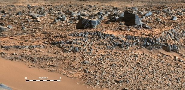Um mosaico colorido feito pelo robô Curiosity mostra o solo às margens dos vales na região de Pahrump Hills em Marte nesta foto divulgada pela Nasa nesta quinta-feira (11). Após 18 meses, os cientistas da agência espacial americana afirmaram que o robô Curiosity atingiu a base do monte Sharp antes do previsto  - REUTERS/NASA/JPL-Caltech/MSSS