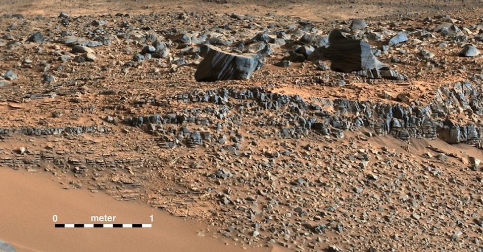 11.set.2014 - Um mosaico colorido feito pelo robô Curiosity mostra o solo às margens dos vales na região de Pahrump Hills em Marte nesta foto divulgada pela Nasa nesta quinta-feira (11). Após 18 meses, os cientistas da agência espacial americana afirmaram que o robô Curiosity atingiu a base do monte Sharp antes do previsto