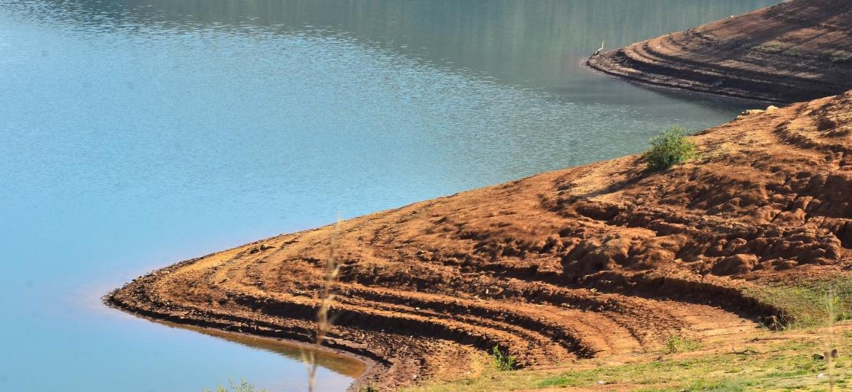 Imagem mostra usina Hidrelétrica Jaguari, localizada no Rio Jaguari, entre os municípios de Jacareí e São José dos Campos (SP),  com baixo nível de água durante a crise de 2014 - Nilton Cardin/Estadão Conteúdo