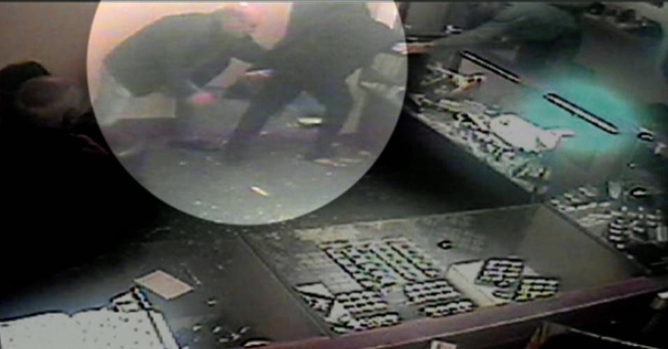 Câmeras de segurança flagram momento em que cliente ataca ladrão em joalheria de Birmingham, no Reino Unido
