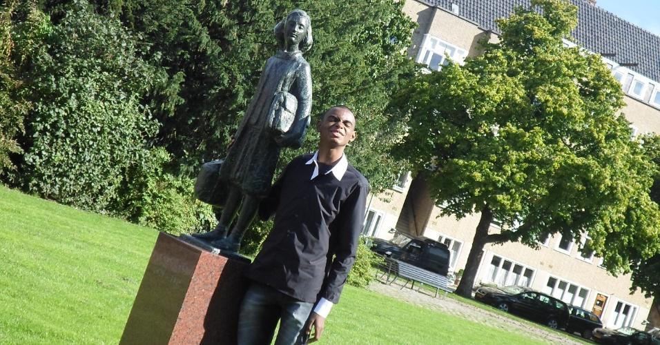 Willian Junio Moreira de Souza, 14, ganhou um concurso de redações com o texto Anne Frank e a atualidade' e viajou para a Holanda. Em jardim que a garota brincava, ao lado de uma estátua em sua homenagem