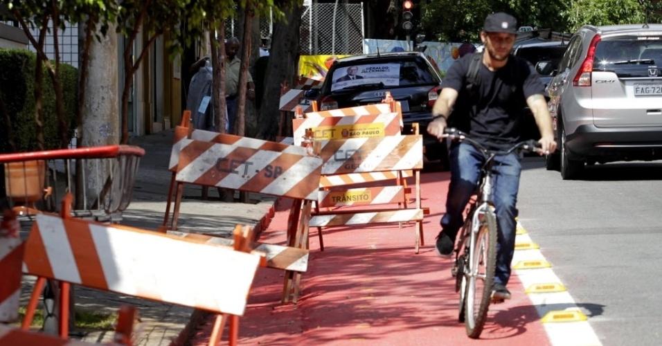 11.set.2014 - Cavaletes da prefeitura em trecho da ciclovia Pacaembu na rua Piauí, em Higienópolis, zona cntral de São Paulo, às vésperas da inauguração do novo trecho da ciclovia em São Paulo