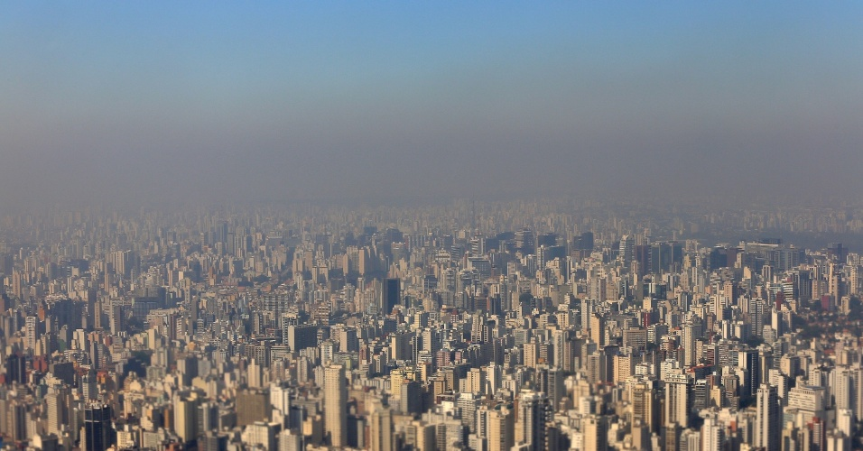 12.set.2014 - Camada de poluição cobre o horizonte da cidade de São Paulo nesta sexta-feira (12). De acordo com a Somar meteorologia, o sol vai predominar em todo o Sudeste, Centro-Oeste e interior nordestino no fim de semana