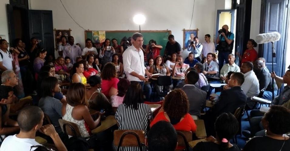 12.set.2014 - Candidato a governador do Rio de Janeiro pelo PT, Lindberg Farias participa de encontro com associações de moradores no Centro do Rio