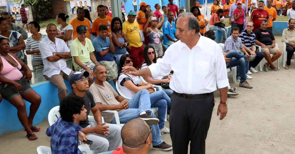 12.set.2014 - Em evento de campanha no município de São Gonçalo, o candidato do PMDB ao governo do Rio de Janeiro e atual governador do Estado, Luiz Fernando Pezão, prometeu o início das obras da Linha 3 do Metrô , que ligará Niterói a São Gonçalo, na Região Metropolitana do Rio, para o começo de 2015