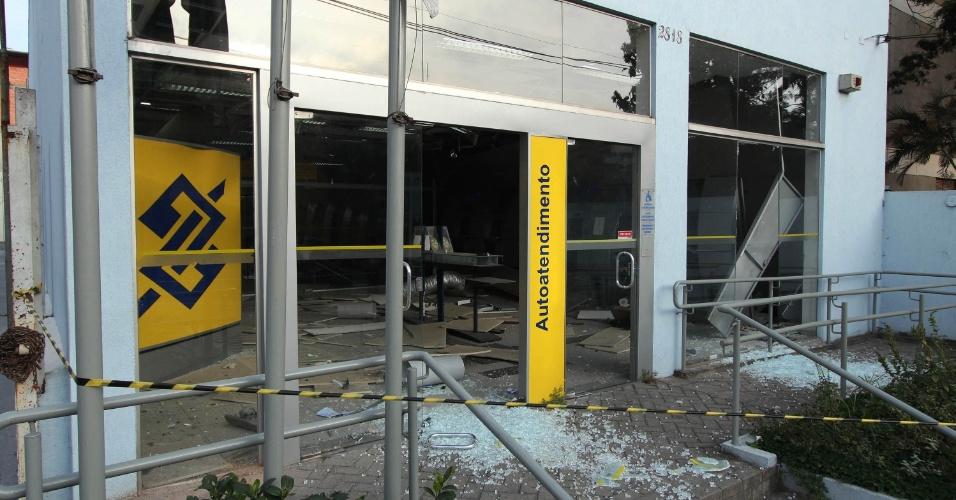 12.set.2014 - Homens armados explodiram um caixa eletrônico de uma agência bancária na avenida Giovanni Gronchi, zona sul de São Paulo, na madrugada desta sexta-feira (12). Moradores da região ouviram o barulho da explosão e acionaram a polícia. Houve uma intensa troca de tiros e os assaltantes conseguiram fugir