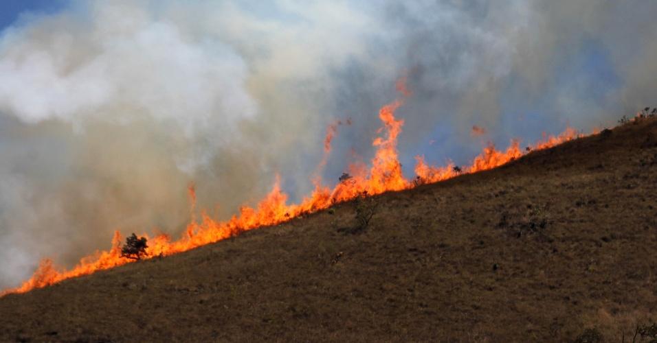 12.set.2014 - Incêndio atinge Serra da Moeda, em Itabirito (MG), nesta sexta-feira (12). O tempo seco na região metropolitana de Belo Horizonte deve continuar até dia 15 de setembro, conforme prevê a meteorologia