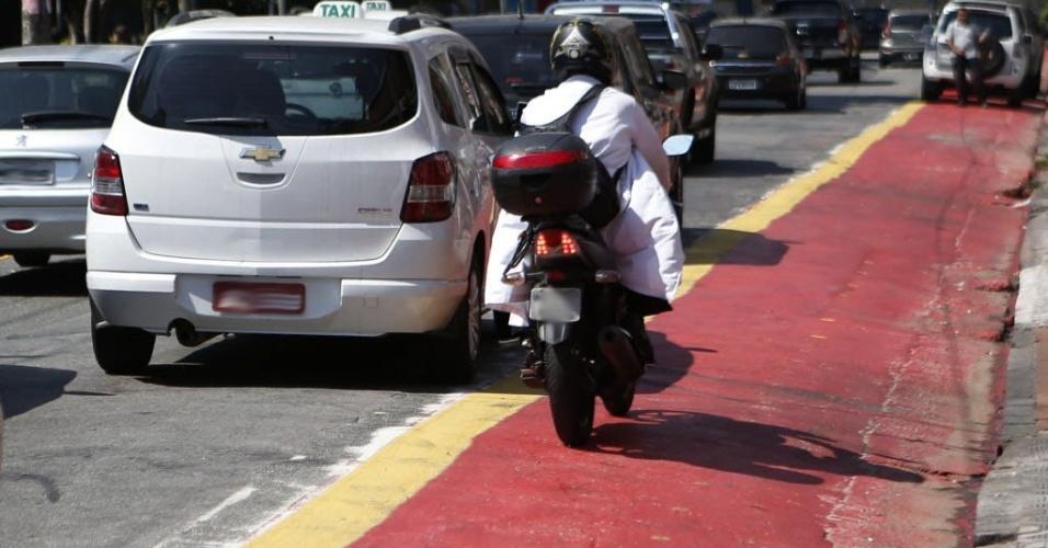 12.set.2014 - Moto trafega pela ciclovia que cruza a praça Vilaboim, em Higienópolis, antes da inauguração do trecho