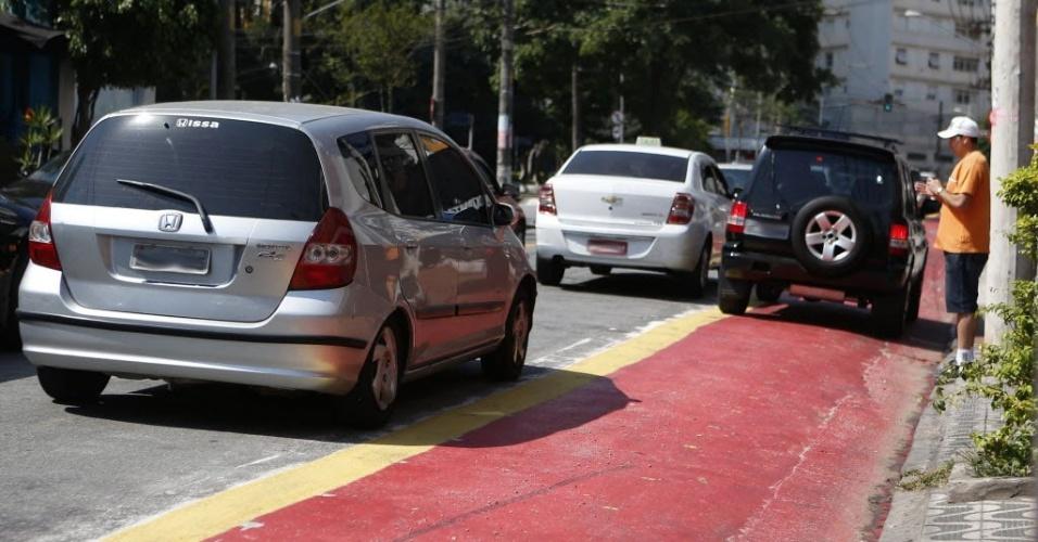 12.set.2014 - Na ciclovia da Vila Boim, no centro de São Paulo, carros param na faixa para o embarque e desembarque de pessoas que vão aos restaurantes da região