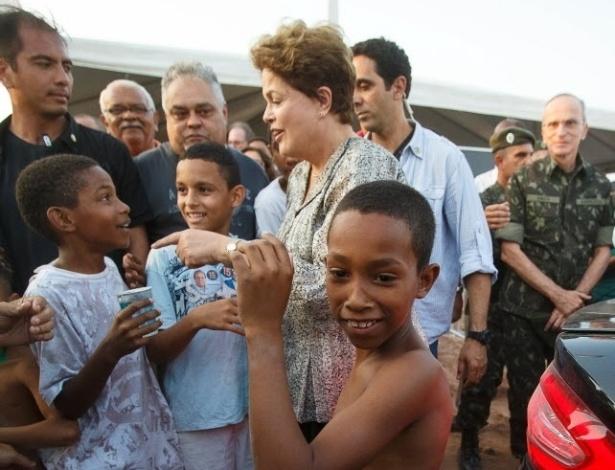 12.set.2014 - Um grupo de cerca de cem crianças invadiu ato que contava com a presença da presidente Dilma Rousseff, candidata à reeleição pelo PT. O vacilo de segurança inviabilizou a coletiva de imprensa prevista para a ocasião, um evento oficial da Presidência da República. Após a coletiva frustrada, três meninos conseguiram ainda furar totalmente o cerco e abraçaram a presidente