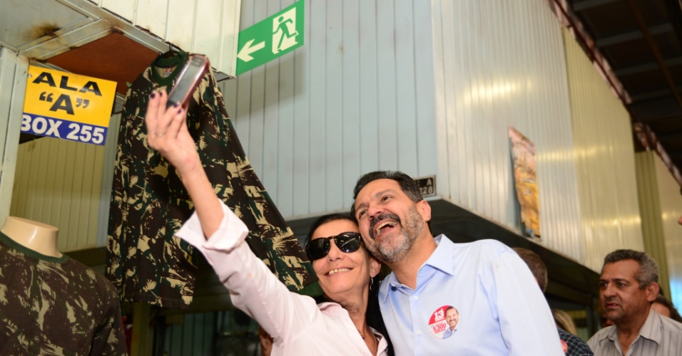 9.set.2014 - Governador do DF, Agnelo Queiroz (PT), candidato à reeleição, tira