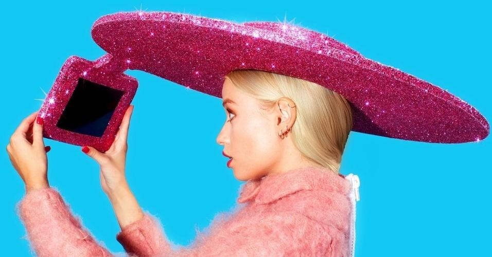 A fabricante taiwanesa Acer ajudou o designer fashion Christian Cowan-Sanluis a criar o ''primeiro chapéu selfie'' em comemoração à Semana de Moda de Londres. Descrição da maravilha contemporânea: ''Com estilo de sombrero, o chapéu gira 360º e vem com um tablet Acer Iconia A1-840 que permite a quem luta para tirar selfies encontrar o melhor ângulo da foto''. Não foi informado se o chapéu será vendido (nem a que preço)