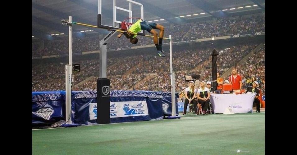 Mutaz Essa Barshim, atleta do Qatar, alcançou a segunda maior marca de salto em altura durante uma competição em Bruxelas, na Bélgica: alcançou 2,43 m. Para que as pessoas tenham noção de quão alto isso é, Adam Schmenk, membro da USATF (entidade nacional de atletismo dos EUA) fez a montagem acima, comparando a altura do salto à de uma cesta de basquete, publicada no seu Twitter (@TheSchmenk). O recorde da categoria pertence há 20 anos ao cubano Javier Sotomayor, que saltou 2,45 m.