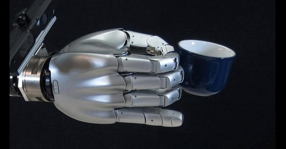 O robô Boris possui articulações que permitem a ele segurar uma pequena xícara, como na imagem. Ele foi desenvolvido pela Universidade de Birmingham, Reino Unido, durante cinco anos. O custo da produção foi 350 mil libras. O robô demora cerca de 10 segundos para resolver algorítimos e realizar ações