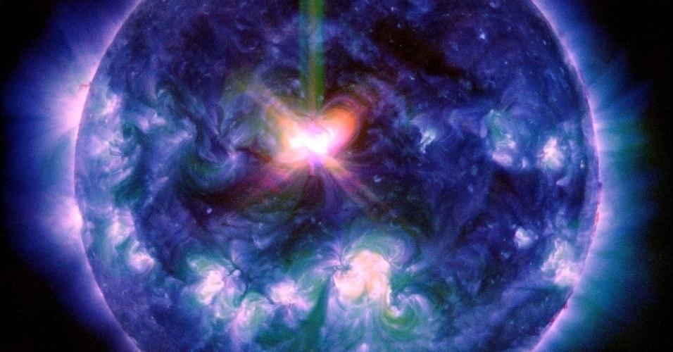 12.set.2014 - O Solar Dynamics Observatory da NASA capturou imagens de uma forte tempestade solar na última quarta-feira (10). As imagens foram divulgadas nesta sexta-feira (12). Duas poderosas tempestades solares que chegam à Terra hoje, mas tudo indica que a maior parte da energia da tempestade vai se desviar do planeta e não deve causar grandes problemas. O fenômeno consiste na ejeção de grande quantidade de partículas eletricamente carregadas ? prótons e elétrons -, que saem do Sol com grande energia e seguem em direção aos planetas