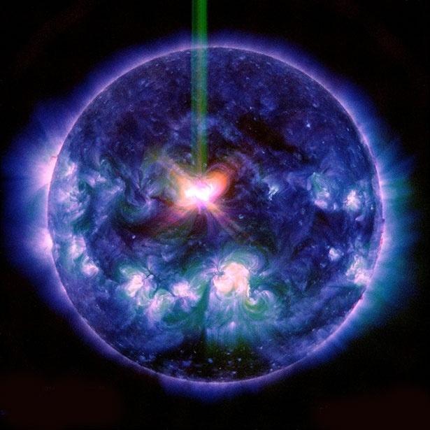 12.set.2014 - O Solar Dynamics Observatory da NASA capturou imagens de uma forte tempestade solar na última quarta-feira (10). As imagens foram divulgadas nesta sexta-feira (12). Duas poderosas tempestades solares que chegam à Terra hoje, mas tudo indica que a maior parte da energia da tempestade vai se desviar do planeta e não deve causar grandes problemas. O fenômeno consiste na ejeção de grande quantidade de partículas eletricamente carregadas - prótons e elétrons -, que saem do Sol com grande energia e seguem em direção aos planetas