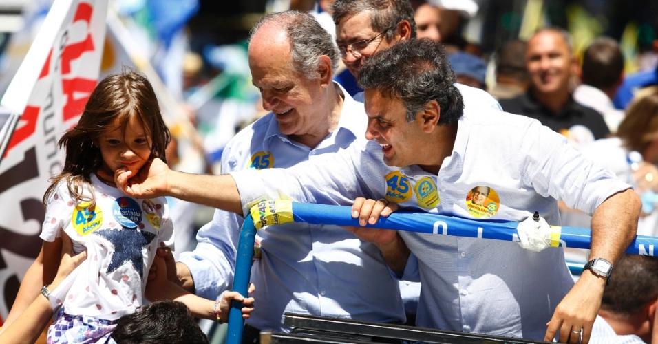 13.set.2014 - O candidato à Presidência da República pelo PSDB, Aécio Neves, fez carreata ao lado do candidato do partido ao governo de Minas Gerais, Pimenta da Veiga, em Belo Horizonte, neste sábado (13)
