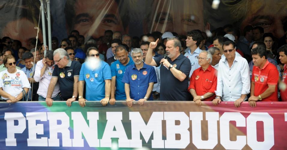 13.set.2014 - O candidato ao governo de Pernambuco pelo PTB, Armando Monteiro Neto, participou de comício no município de Garanhuns, no agreste meridional, neste sábado (13)