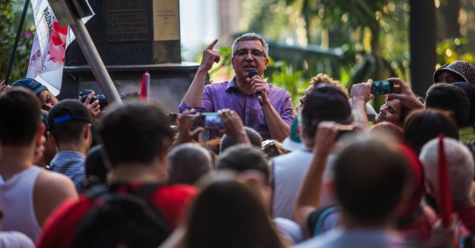 13.set.2014 - O candidato ao governo de São Paulo pelo PT, Alexandre Padilha, participou de uma caminhada com movimentos sociais pelas ruas do centro da capital paulista, com concentração na praça da Sé, neste sábado (13)