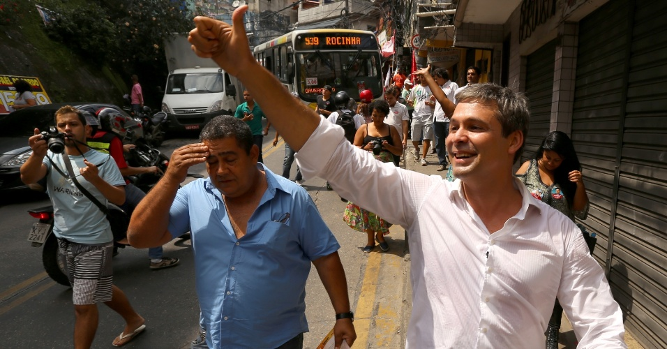 13.set.2014 - O candidato ao governo do Rio de Janeiro pelo PT, Lindberg Farias, fez caminhada neste sábado (13) na favela da Rocinha, na zona sul da capital fluminense