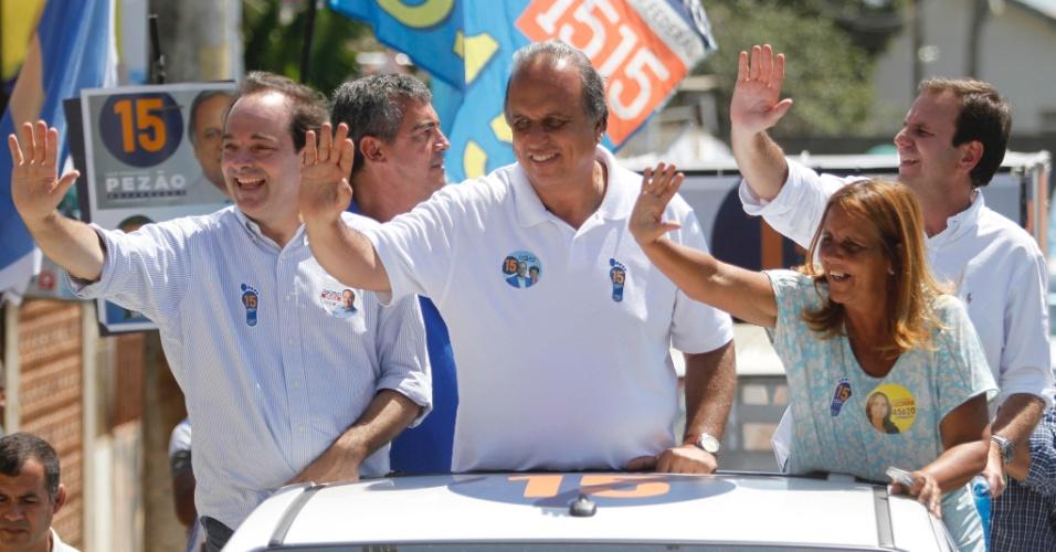 1.set.2014 - O governador do Rio de Janeiro, Luiz Fernando Pezão (PMDB), e candidato à reeleição realiza carreata e caminhada no bairro de Santa Cruz, zona oeste do Rio de Janeiro, neste sábado (13)