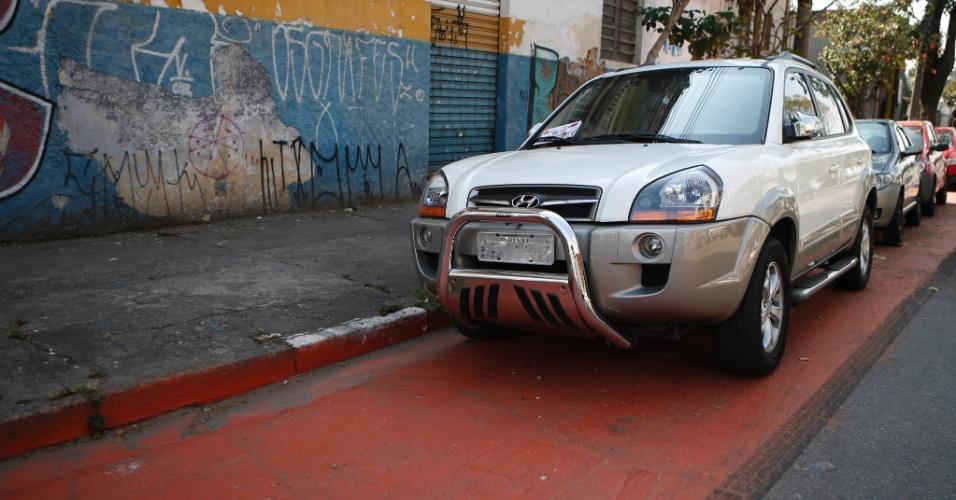 12.set.2014 - Fila de carros parados na ciclovia da alameda Nothmann, região central da cidade, um dia antes da inauguração de novo trecho da ciclovia em São Paulo