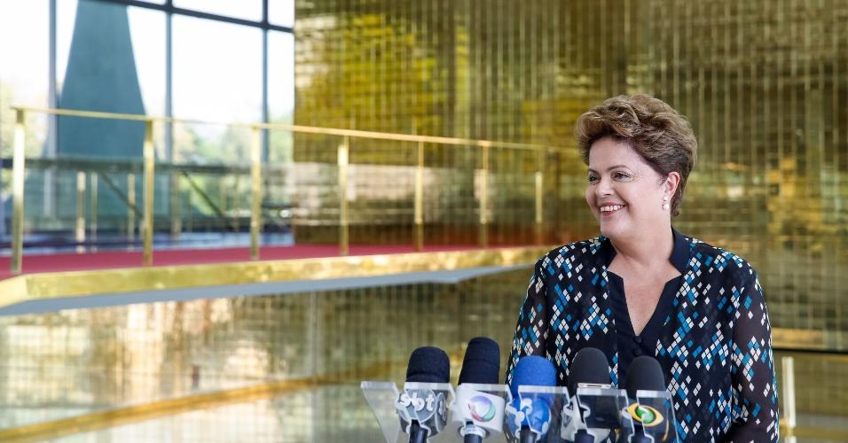 14.set.2014 - A presidente Dilma Rousseff, candidata à reeleição pelo PT, deu entrevista no hall do Palácio da Alvorada, em Brasília, neste domingo. Ela afirmou hoje que pode incluir o critério da renda na seleção dos estudantes do programa Ciência Sem Fronteiras, que oferece bolsas de estudo no exterior